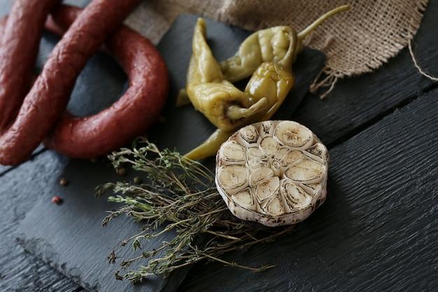 Saucisses Rôties Avec Ingrédients Photo gratuit