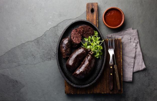 Saucisses Sanglantes Sur Une Plaque De Fer Photo Premium