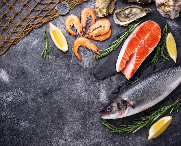 Saumon, bar, crevettes et huîtres Photo Premium