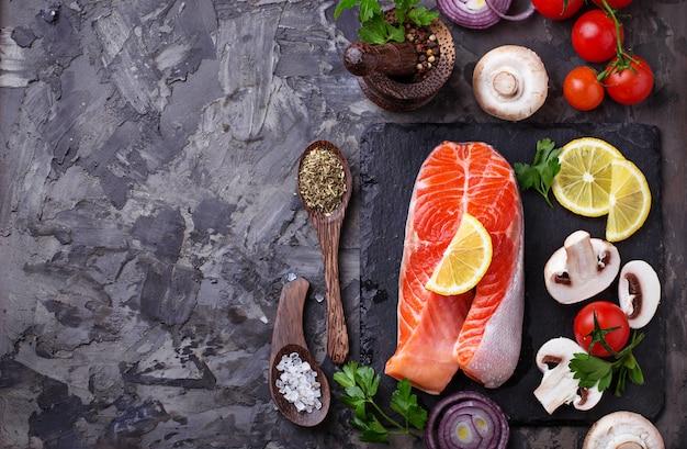Saumon, champignons, tomates et persil. alimentation équilibrée, nourriture saine. mise au point sélective Photo Premium