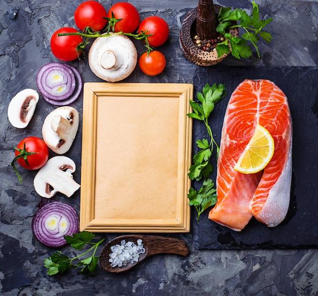 Saumon, champignons, tomates et persil. cadre pour le texte. vue de dessus Photo Premium