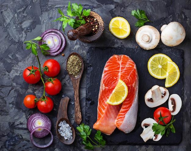 Saumon, champignons, tomates et persil Photo Premium