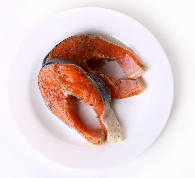 Saumon frais sur une assiette Photo gratuit
