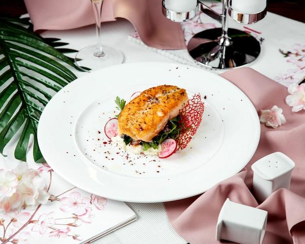 Saumon Frit Au Riz Et Radis Photo gratuit
