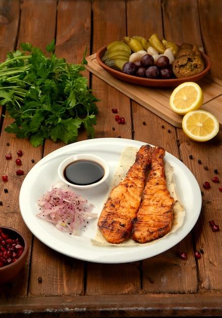 Saumon Frit Avec Oignons Et Sauce Photo gratuit