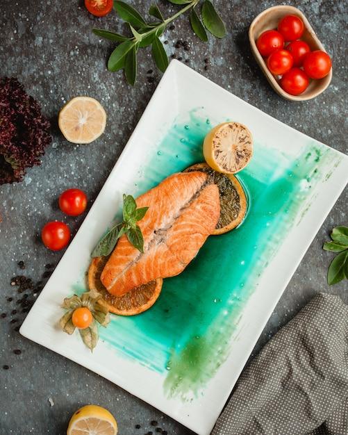 Saumon Frit Avec Tranches De Citron Et Tomates Photo gratuit