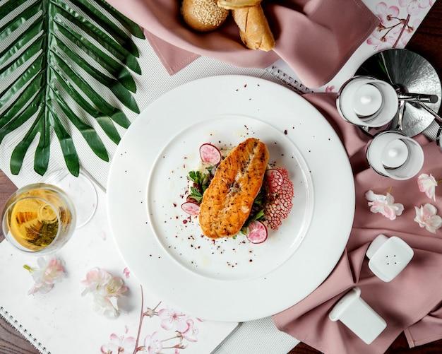 Saumon Frit Avec Des Tranches De Radis Photo gratuit