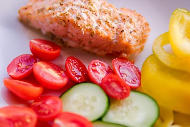 Saumon grillé aux légumes. concept d'aliments de santé. cookie appétissant recette, contenu du blog de la nourriture. livraison au restaurant Photo Premium