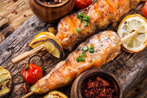 Saumon grillé en brochette Photo Premium