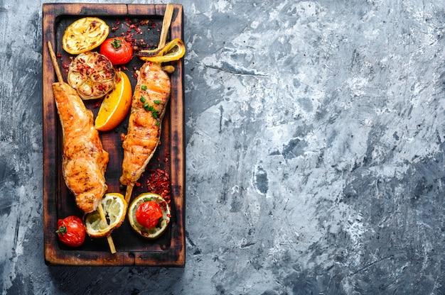 Saumon grillé sur une planche à découper Photo Premium