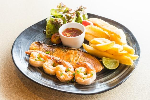 Saumon grillé et steak de crevette Photo gratuit