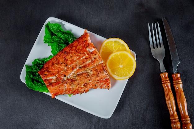 Saumon grillé avec vue de dessus au citron et aux herbes. Photo Premium