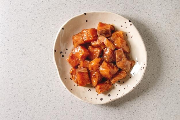 Saumon mariné sauce soja Photo Premium