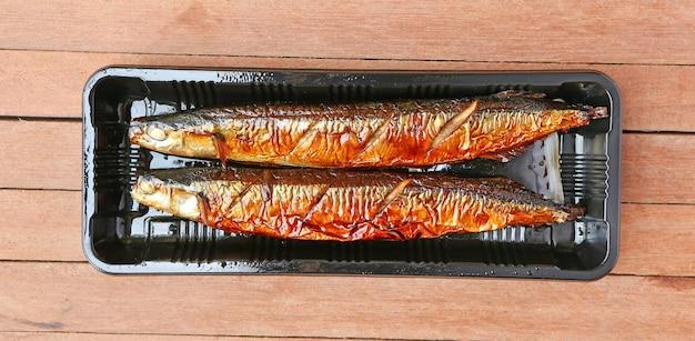 Saury du pacifique grillé - sanma, cuiseine japonaise Photo Premium