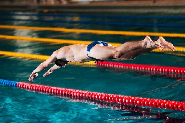 Saut de plongée en piscine Photo gratuit