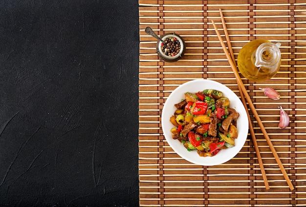 Sauté De Boeuf, Poivrons Doux, Courgettes Et Pommes Vertes Photo Premium