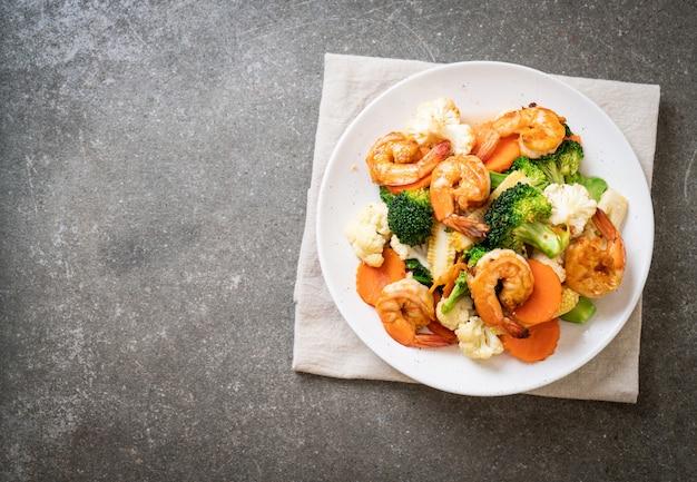 Sauté De Légumes Avec Des Crevettes Photo Premium