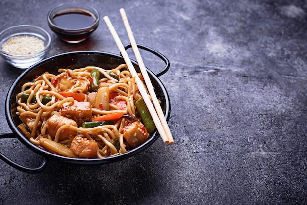 Sauté De Nouilles Avec Du Poulet, Du Tofu Et Des Légumes. Photo Premium
