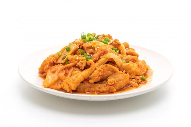 Sauté de porc avec kimchi isolé sur blanc Photo Premium