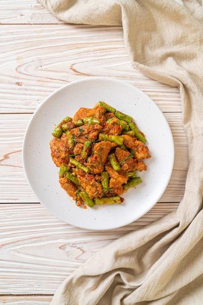 Sauté De Porc Et Pâte De Curry Rouge Avec Haricots Rouges Photo Premium