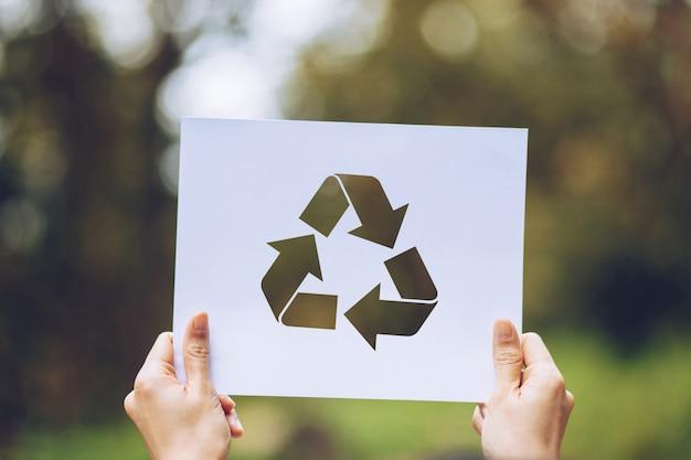 Sauver la préservation de l'environnement concept écologie mondiale avec les mains tenant découpé papier recycler montrant Photo Premium