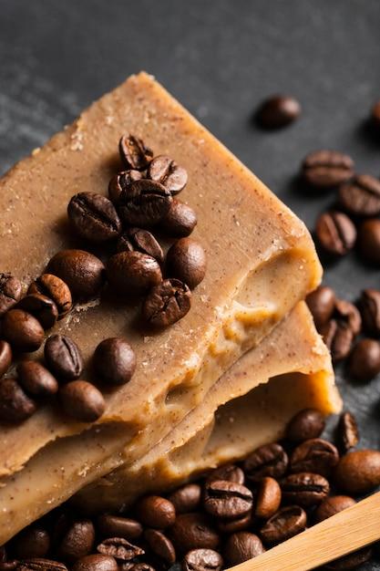 Savon à angle élevé fait de grains de café Photo gratuit