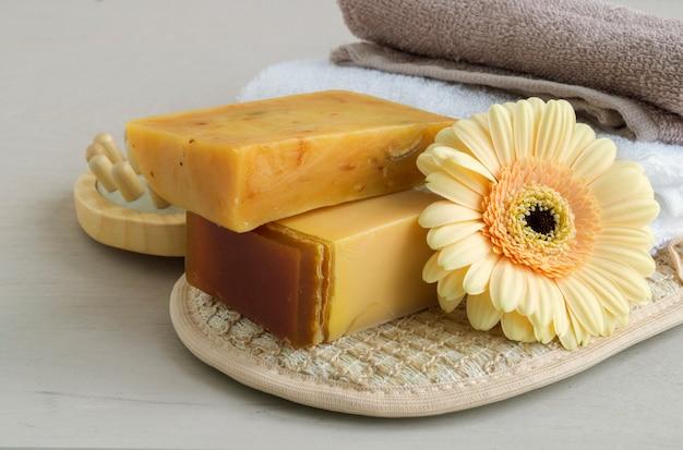 Savon artisanal fabriqué à partir d'ingrédients naturels. sur fond clair. Photo Premium