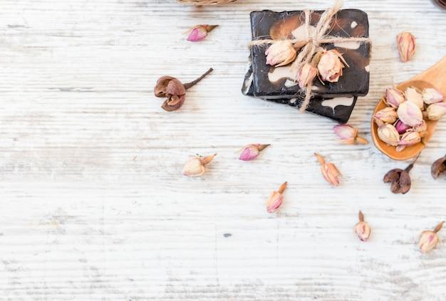 Savon artisanal avec des roses en blanc Photo Premium