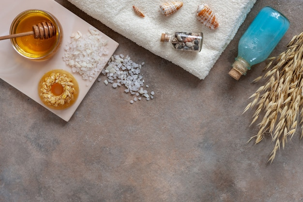 Savon à l'avoine naturel fait maison, miel frais, sel de mer, shampoing et serviette aux minéraux de la mer. Photo Premium