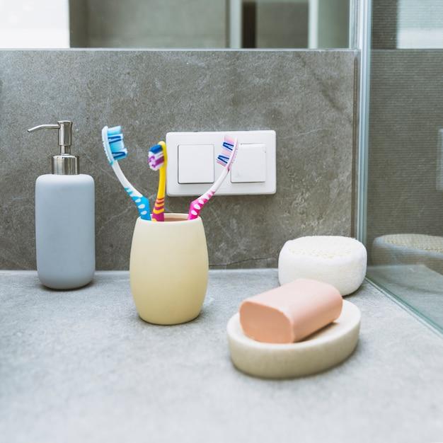 Savon et brosses à dents sur étagère Photo gratuit