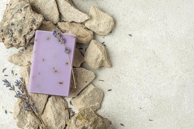Savon à La Lavande Sur Les Rochers Avec Espace Copie Photo gratuit
