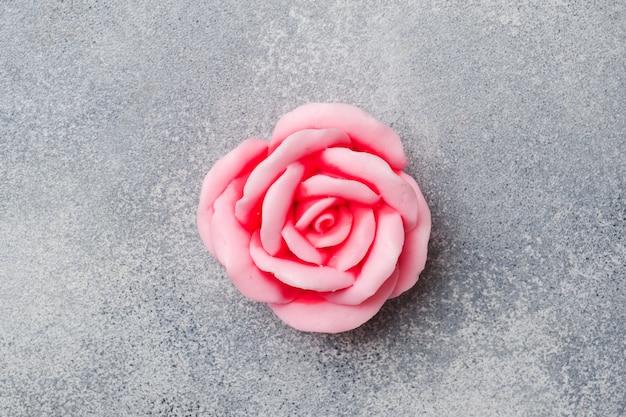 Savon à la main à la rose, cosmétique concept spa et propreté Photo Premium