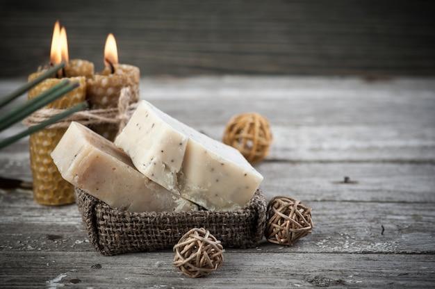 Savon naturel aux olives et bougies au miel Photo Premium