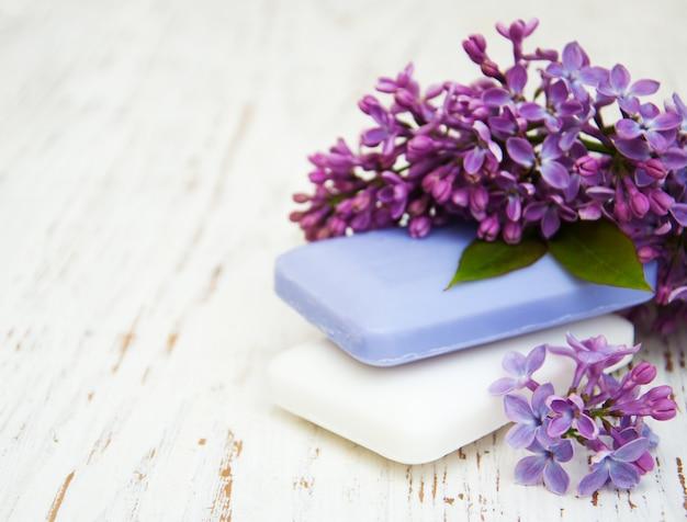 Savon naturel et fleurs lilas Photo Premium