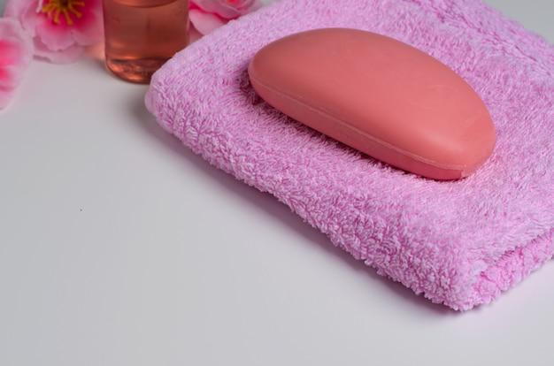 Savon sur une serviette rose Photo Premium