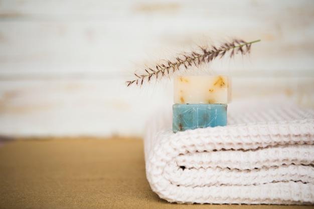 Savon sur une serviette Photo gratuit