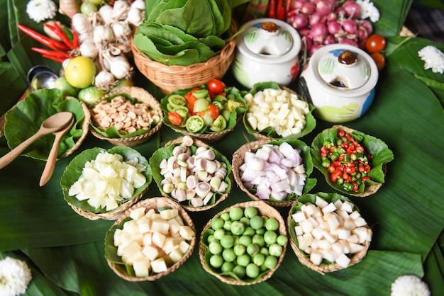 Savory Leaf Wraps Herbes Et épices Ingrédients Soupe épicée Légumes Frais Pour Tom Yum Thai Photo Premium