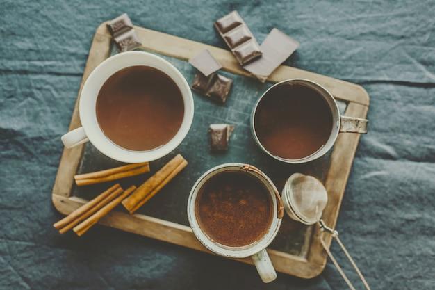 Savoureuse boisson au chocolat chaud dans des tasses Photo gratuit