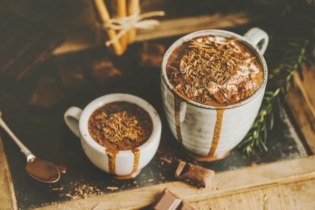 Savoureuse boisson au chocolat chaud dans des tasses Photo Premium