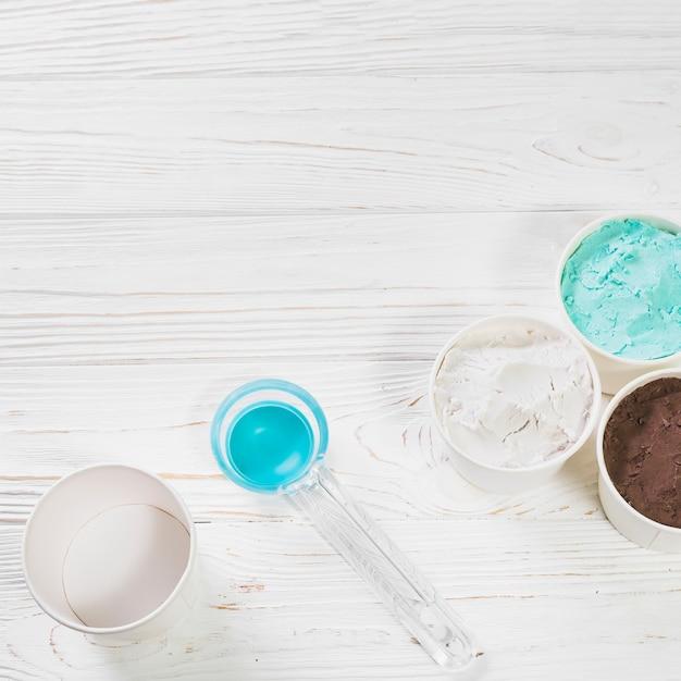 Savoureuse glace napolitaine près d'une cuillère en plastique Photo gratuit