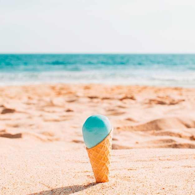 Savoureuse glace à la plage Photo gratuit