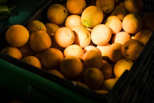 Savoureuse orange fraîche juteuse à vendre sur le marché aux fruits Photo gratuit