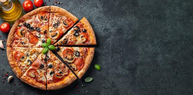 Savoureuse pizza au pepperoni aux champignons et aux olives. Photo Premium