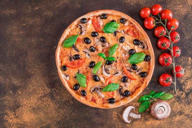 Savoureuse pizza chaude et fraîche sur un fond sombre Photo Premium