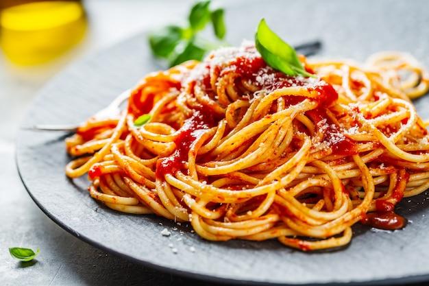 Savoureuse Pizza Italienne à La Sauce Tomate Et Au Parmesan Photo Premium
