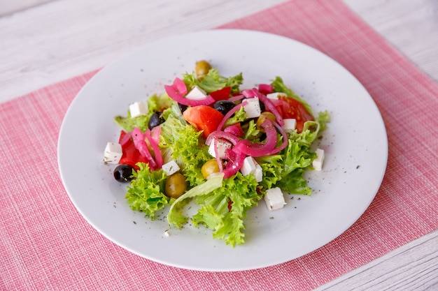 Savoureuse salade grecque fraîche sur une table en bois blanche, Photo Premium