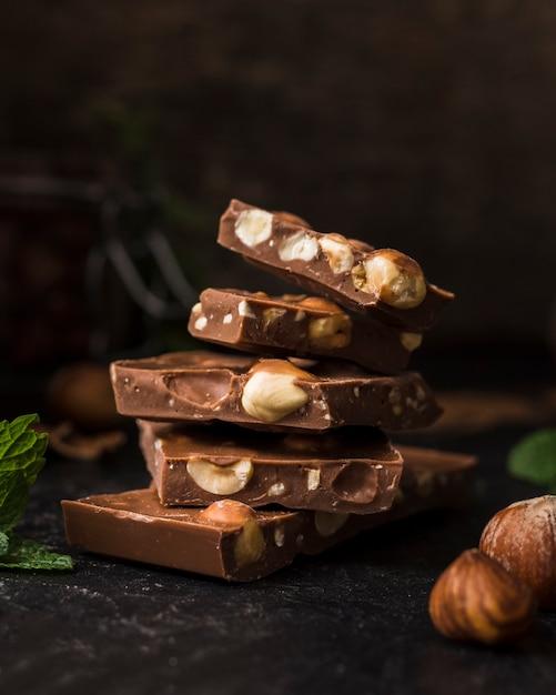 De savoureuses barres de chocolat aux noisettes Photo gratuit