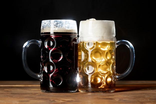 Savoureuses tasses de bière bavaroise sur une table Photo gratuit