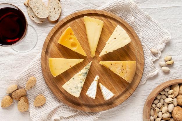 Savoureuses tranches de fromage sur une planche de bois Photo gratuit