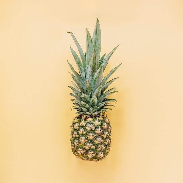 Savoureux ananas sur fond jaune Photo gratuit